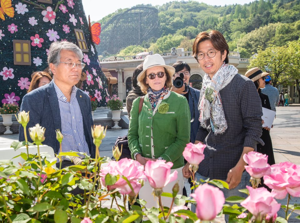 Henrianne de Briey, president of the World Federation of Rose Societies, appreciates the garden of Everland's 35th Rose Festival during her visit.