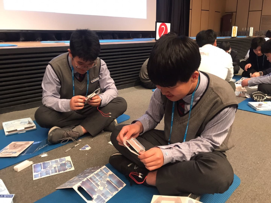 Students from Paju Kwangil Middle School and Bucheon Naedong Middle School put together paper buildings at a Samsung C&T office during the Junior C&T Academy program.