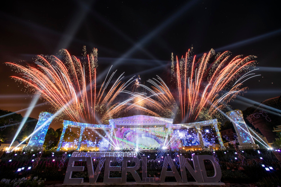 Everland's Temple Stage bursts into color and light with thousands of fireworks and LEDs telling the story of Time Odyssey this summer.