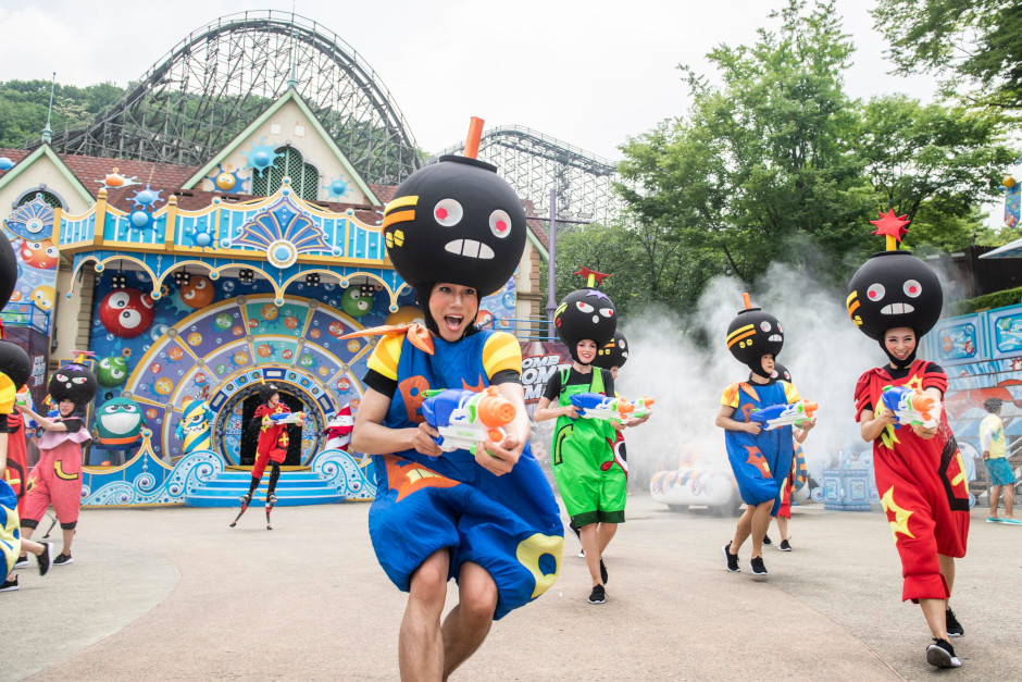 """Bomb Bomb men"" challenge Everland visitors to a water fight."