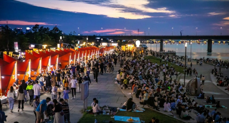 Crowds gather at the Bamdokkaebi Night Market in July 2018 at Yeouido Hangang River Park. Source: Seoul Bamdokkaebi Night Market