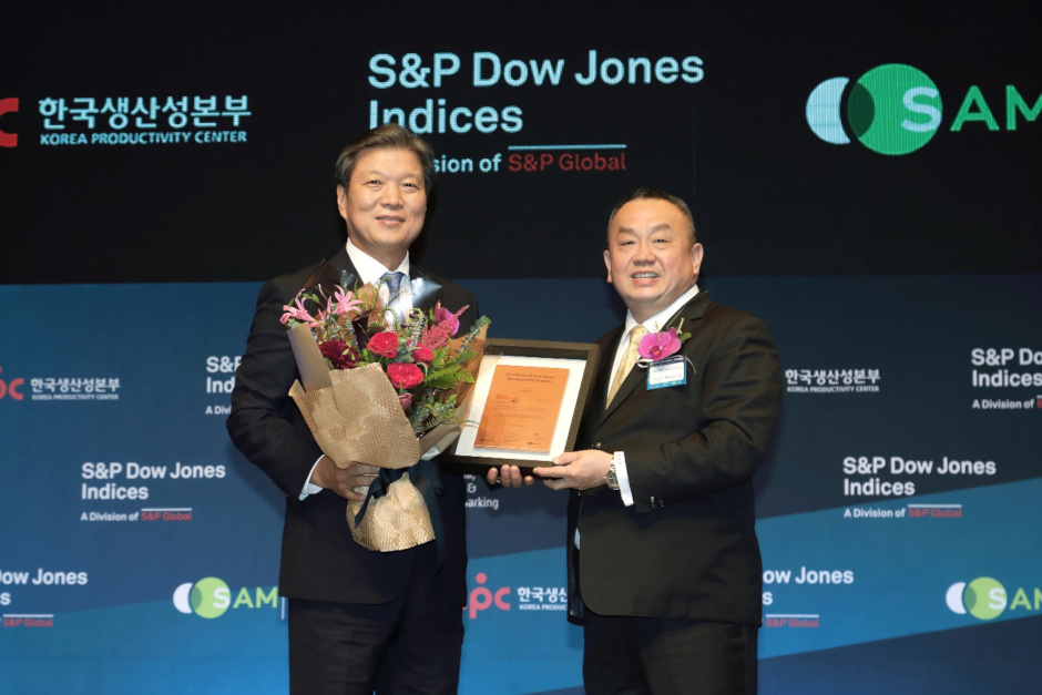 Cheong Ju-seong (left), head of Samsung C&T's Corporate Strategy Office, receives a DJSI certificate as a company representative on Oct. 22, 2019. / Source: DJSI's local partner in Korea: Korea Productivity Center