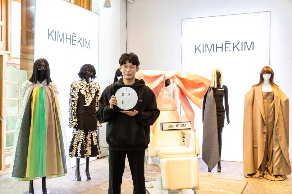 Surrounded by some of the work that has led to his success, Kimhekim designer Kim In-tae celebrates winning the 2020 SFDF prize.