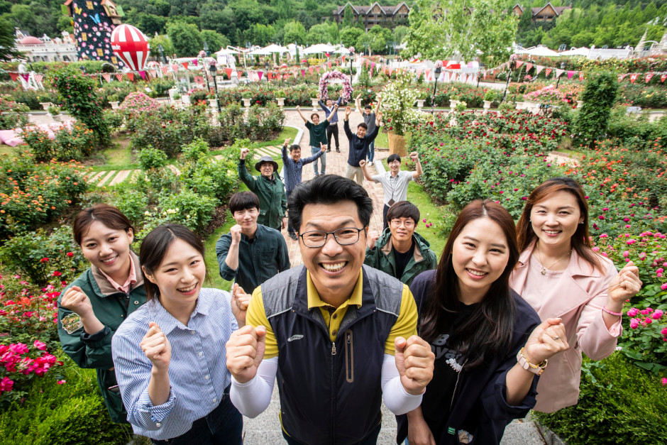 Ha Ho-soo and the Everland Plant Contents Group